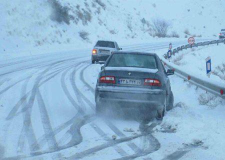 برخی جادههای خراسان رضوی برفی است